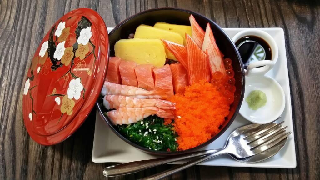 เทียบกะราคา ก็โอเคนะคะ ถ้าอยากกินอาหารญี่ปุ่นจริงจัง แนะนำร้านอาหารญี่ปุ่นเห๊อะ