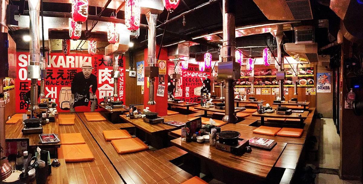 โซนของบุฟเฟ่ จะเป็นที่นั่งแบบหย่อนขาแบบญี่ปุ่น ต้องถอดรองเท้าก่อนปีนขึ้นไปนั่ง