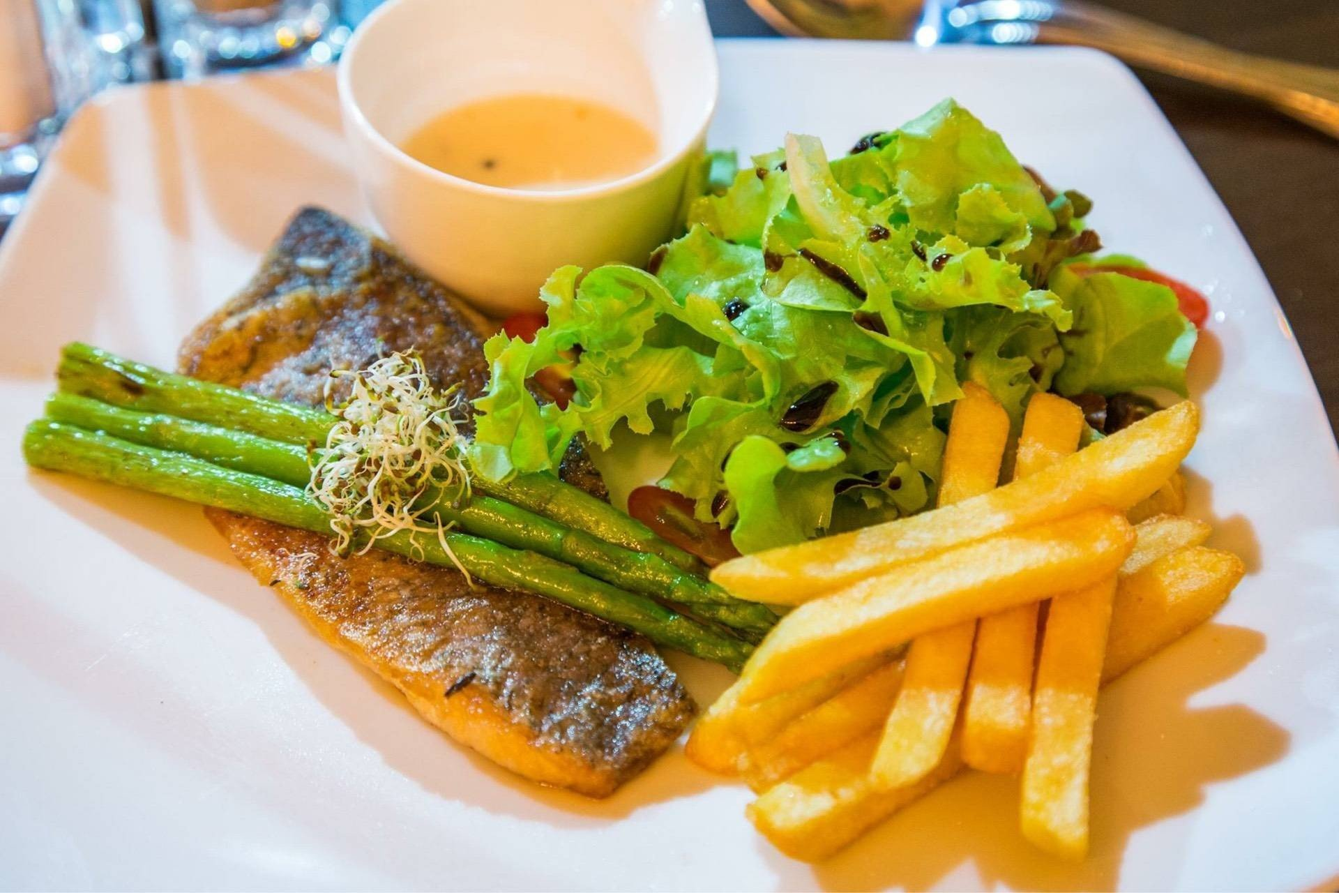 ปลากะพงย่าง ทานพร้อมกับ ซอสไวน์ขาว เฟร้นฟรายและสลัดค่ะ