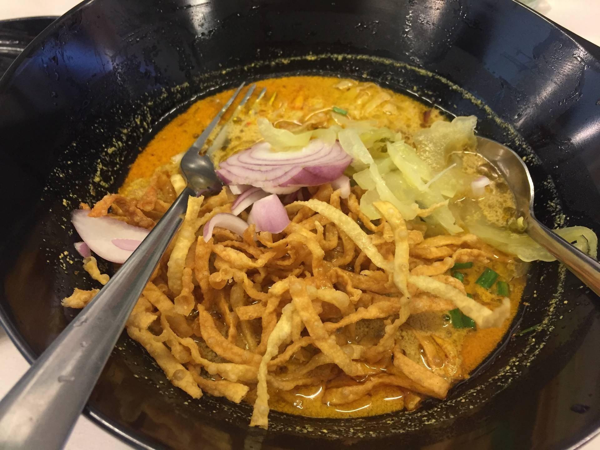 เมื่อใส่เครื่องลงในซุปข้าวซอยและคลุก บีบมะนาวลงหน่อยจะได้รสชาติดี
