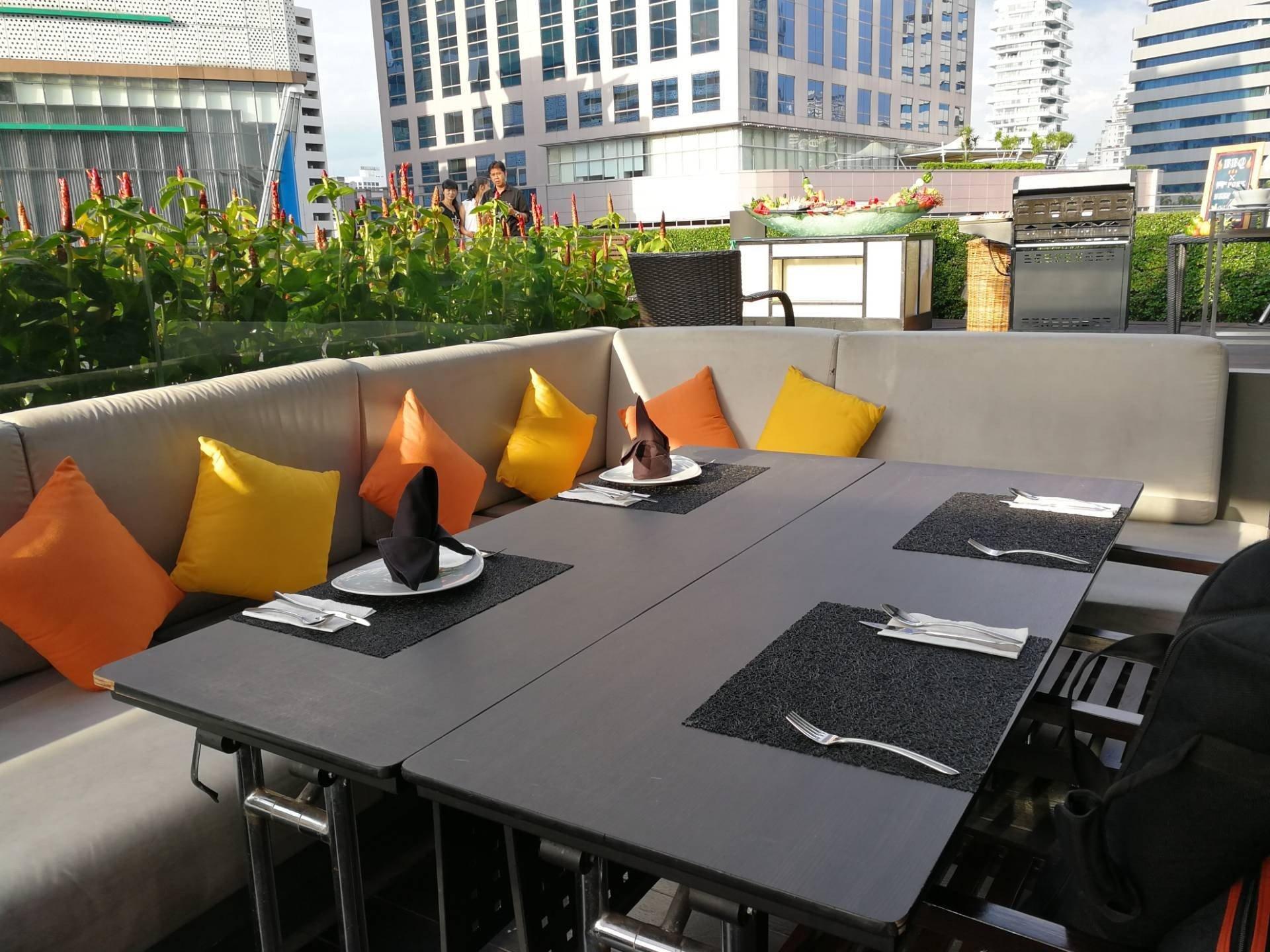 Zeta Cafe โรงแรมฮอลิเดย์อินน์ กรุงเทพฯ