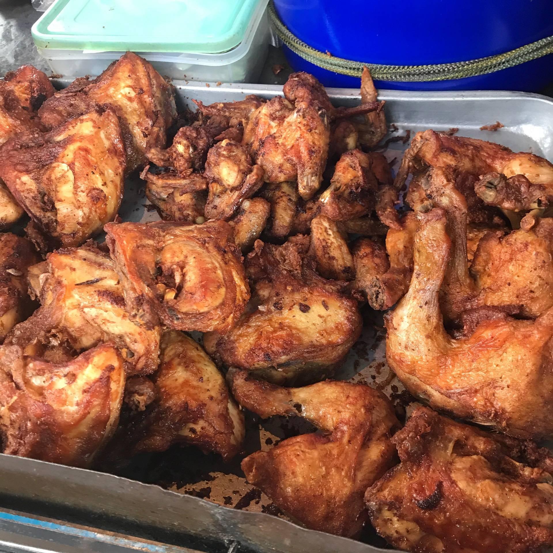 ไก่ทอด ประชาสงเคราะห์30 ห้วยขวาง อยู่ปากทางเข้าสนามกีฬาข้างร้านน้ำปั่น ร้านขนมรังผึ้ง