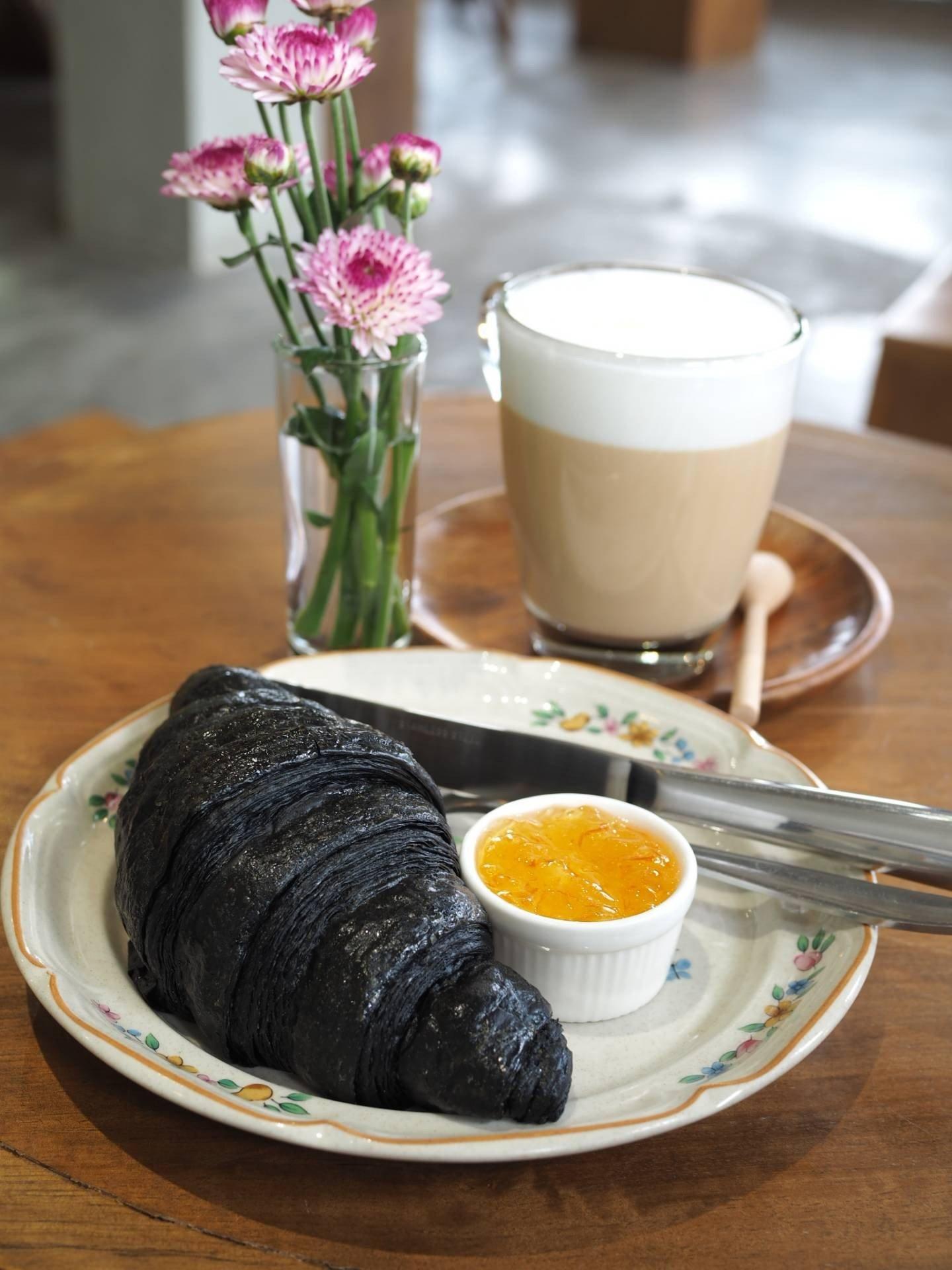 charcoal croissant ฿65