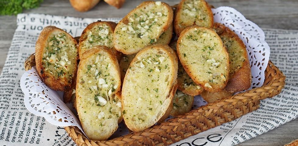 """วิธีทำ """"ขนมปังกระเทียม"""" เมนูขนมปัง ทำทานกี่ทีก็ไม่มีเบื่อ!"""