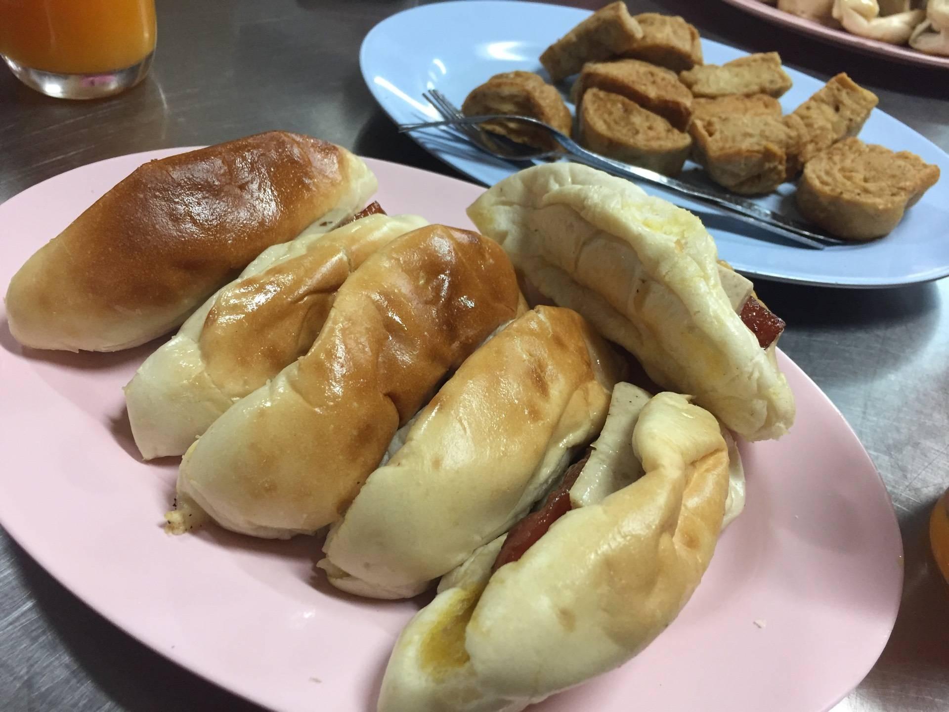 ขนมปังที่ละ 2 ชิ้น จานนี้ 3 ที่ (สั่ง 3 ที่ เพราะคิดว่าที่ละ1ชิ้น 🙈)