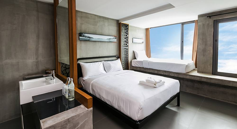 Deluxe Triple Room  34 sq.m. เตียงคู่ 1 เตียง + เตียงเดี่ยวริมหน้าต่าง 1 เตีย