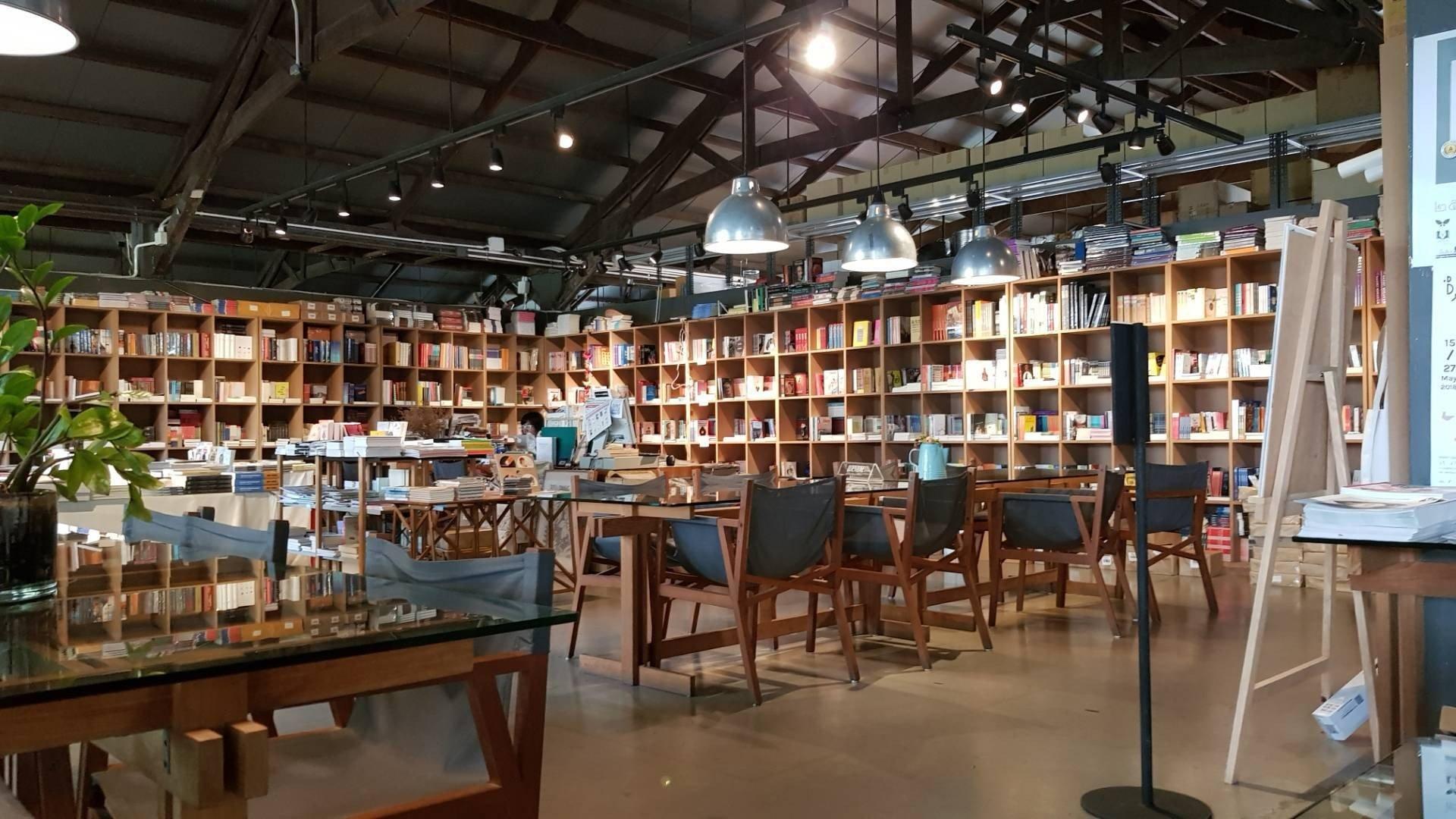 Candide Books & Cafe คลองสาน