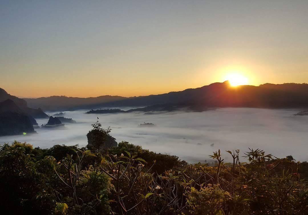พระอาทิตย์ขึ้นยามเช้า