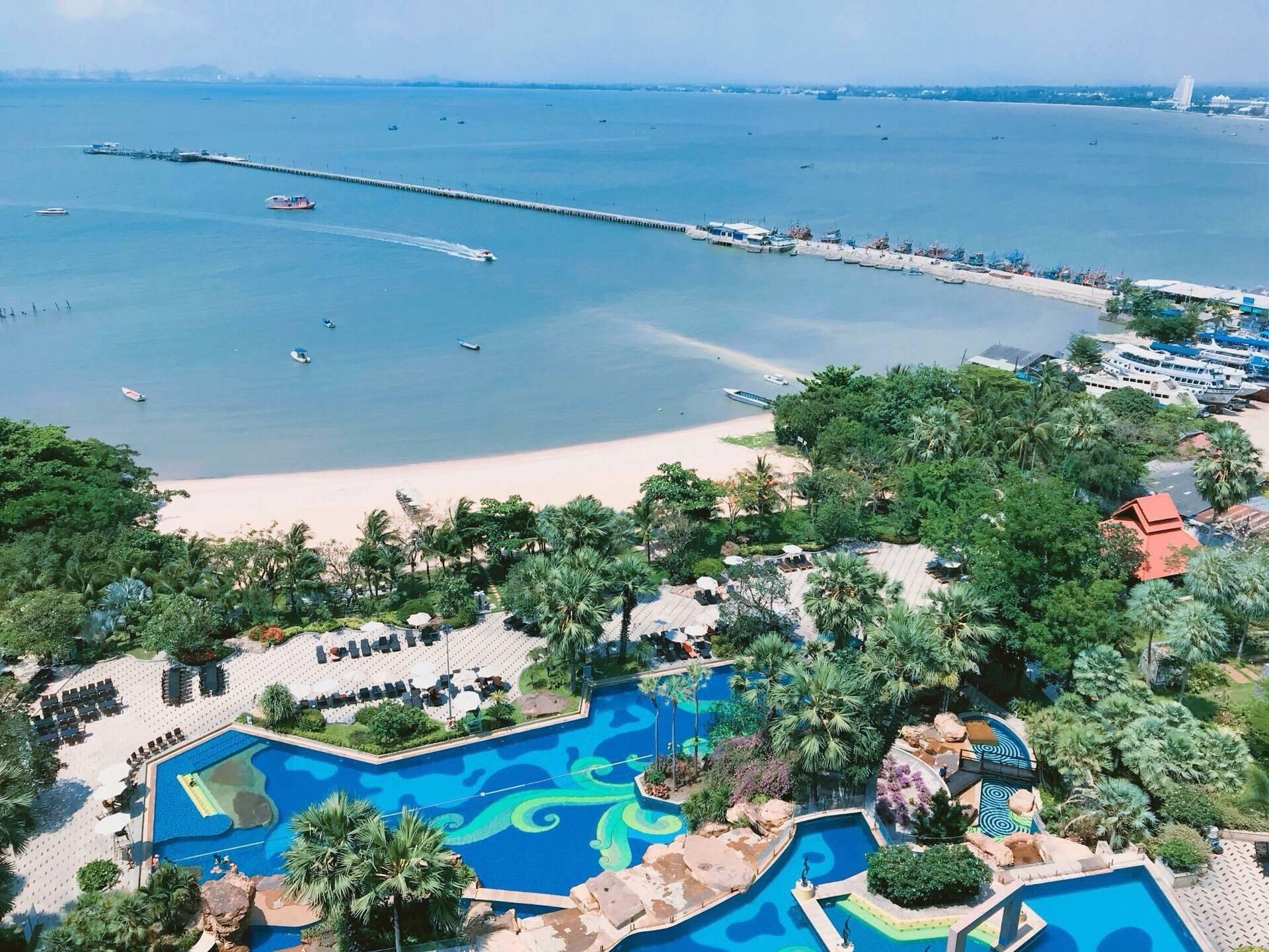 เราจองเป็นห้องพักแบบ Sea View มองออกไปก็จะเห็นวิวสระว่ายน้ำของโรงแรมและชายหาด