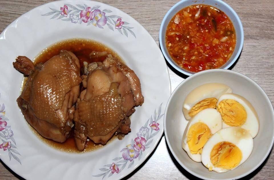 สะโพกไก่ กับ ไข่ต้มน้ำปลา และน้ำจิ้มรสเด็ด