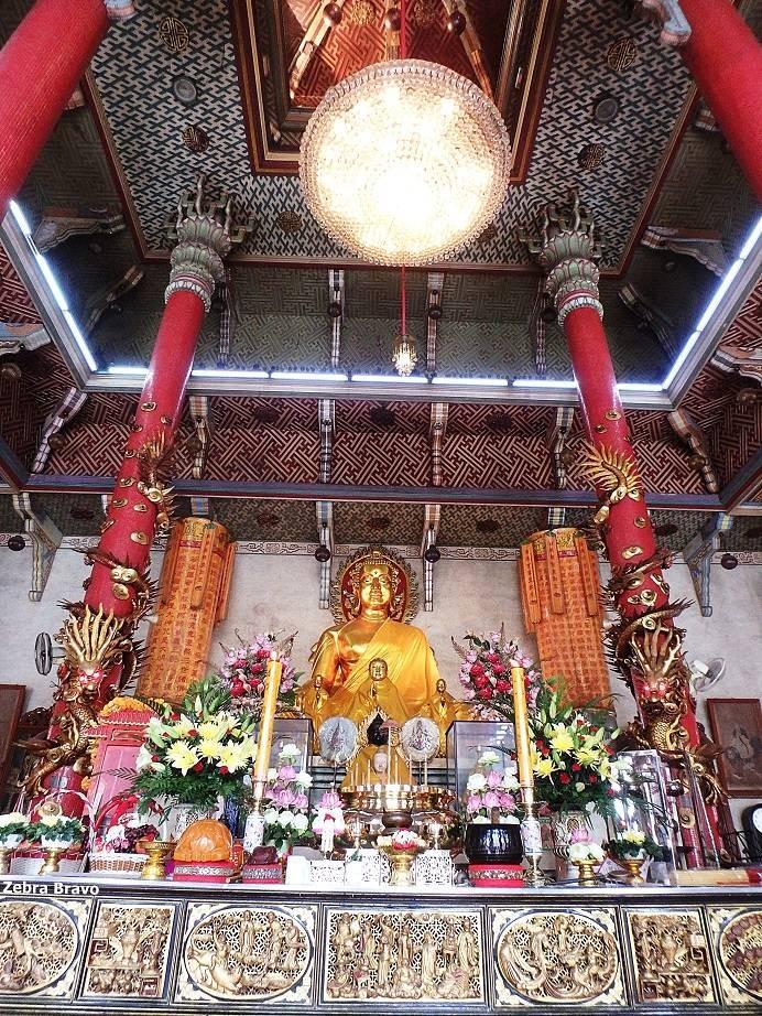 สวยงามตั้งแต่แท่นบูชาขึ้นไปถึงเพดานพระอุโบสถ