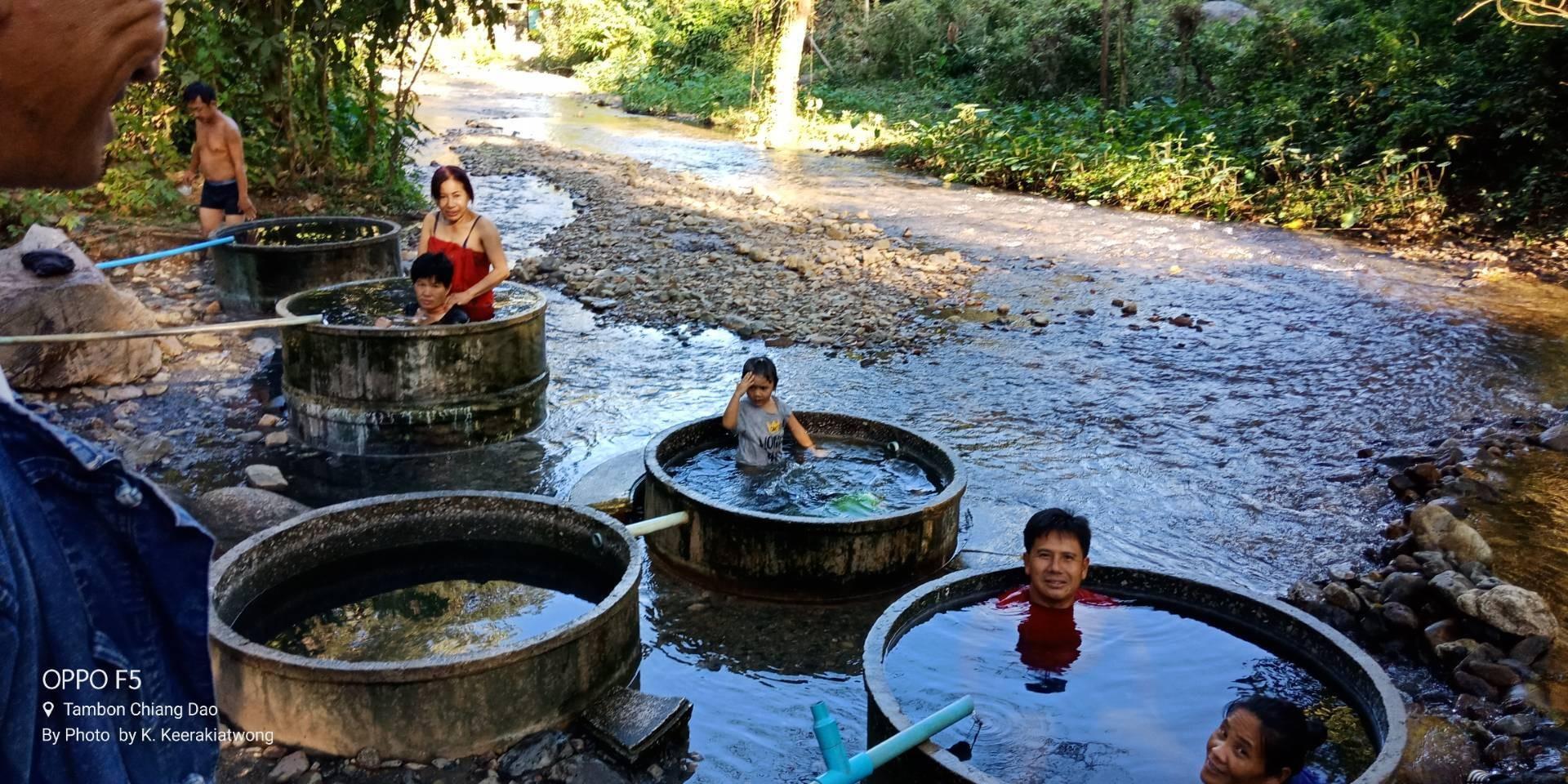 มีหลายบ่อ ร้อนมาก-น้อยให้เลือกแช่กันพอร้อนได้ที่ก็ออกจากบ่อไปนอนแช่ลำธารสลับได้เ
