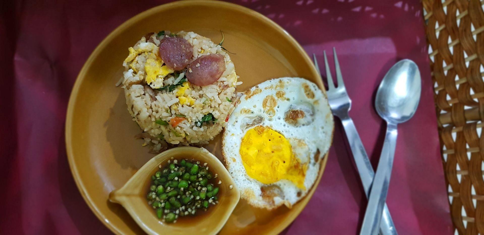 ข้าวผัดกระเพรากุนเชียงไข่ดาว
