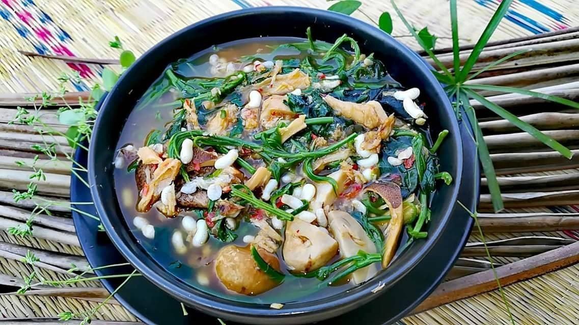 แกงผักชะอม ผักเชียงดา เห็ดลม เห็ดฟาง ใส่ปลาแห้ง และไข่มดแดง