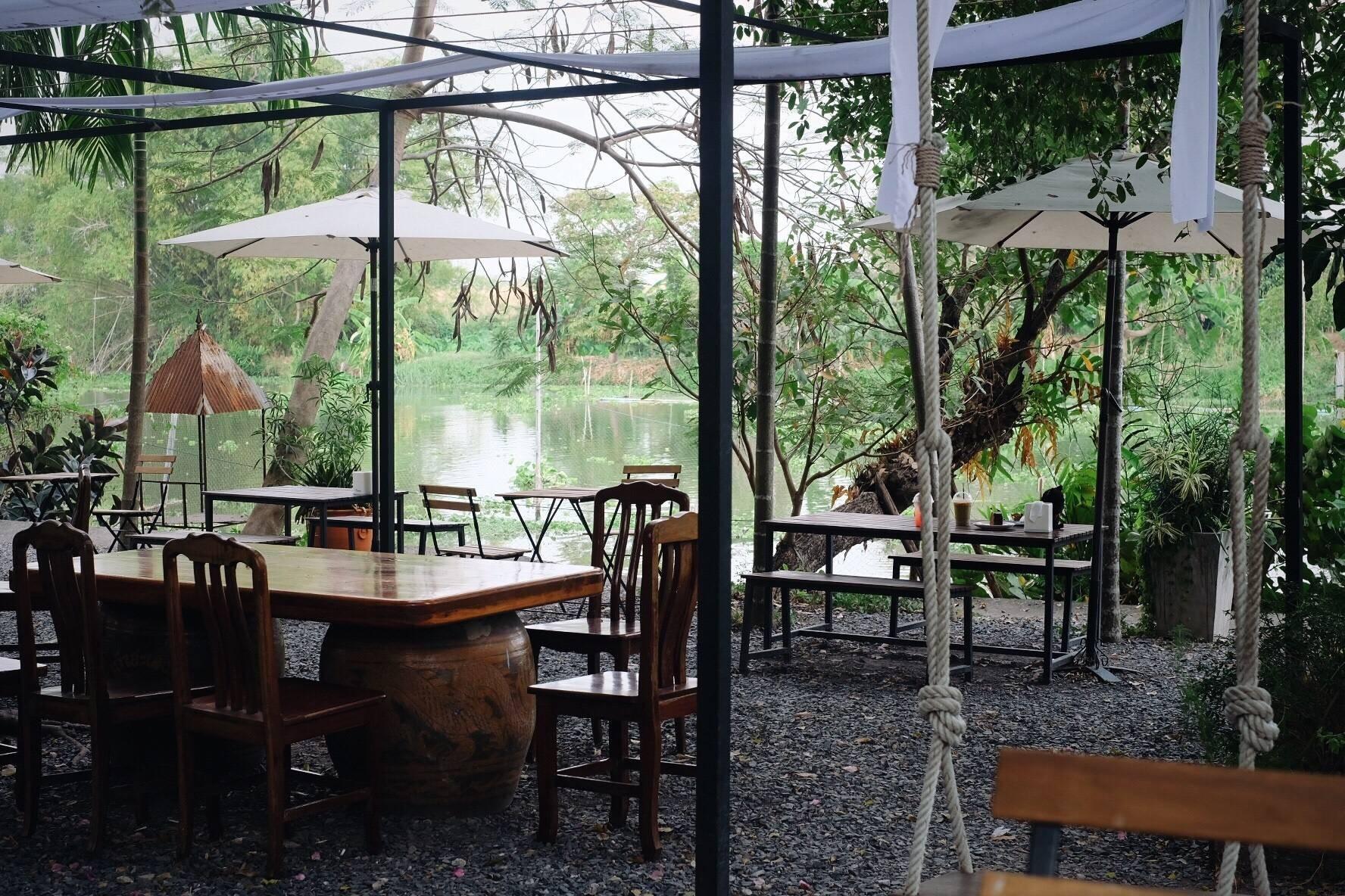 มีที่นั่งริมน้ำ เย็นสบาย ที่นั่งมีให้เลือกหลายมุม Indoor Outdoor