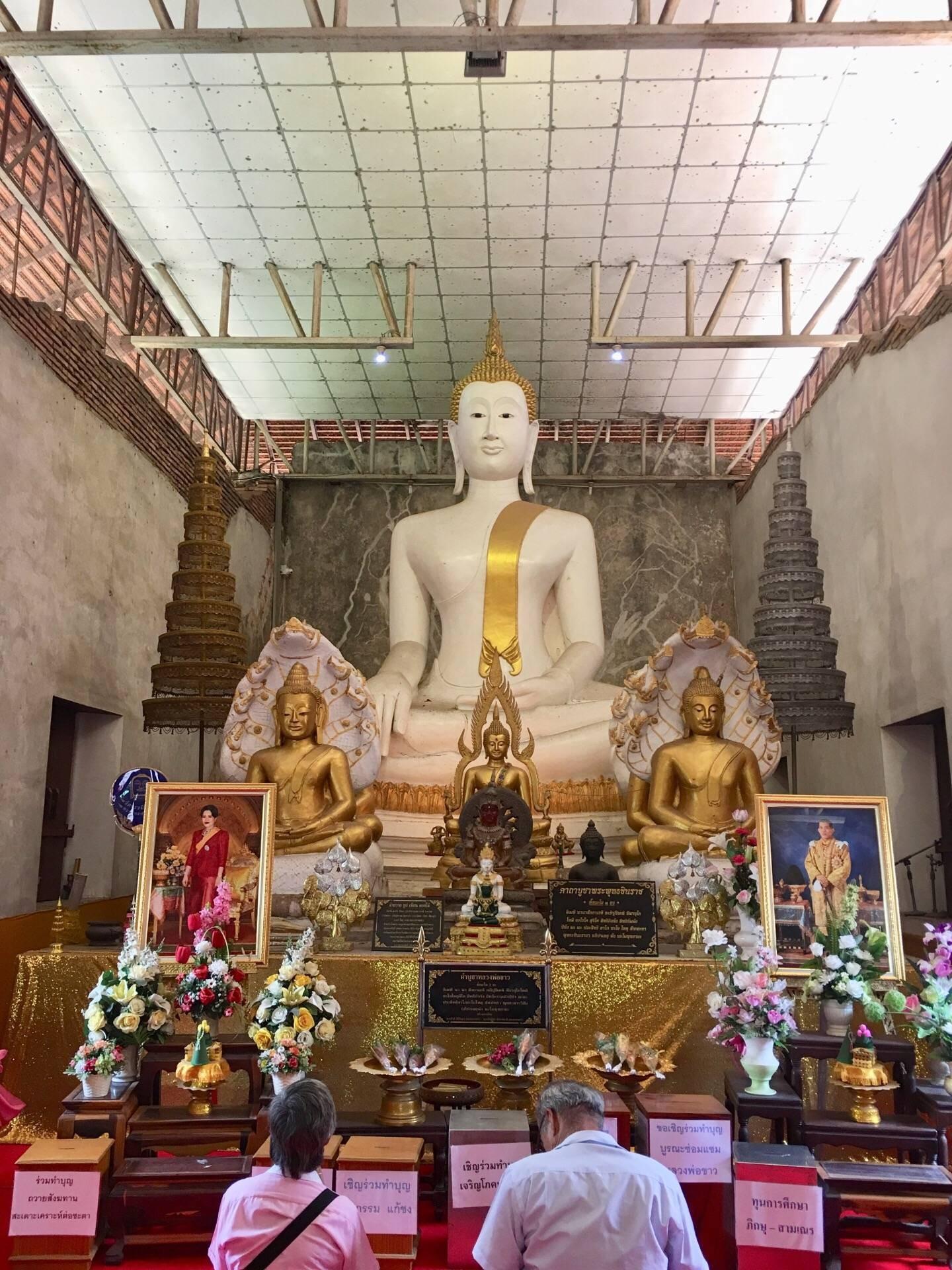 หลวงพ่อขาว พระพุทธรูปศักดิ์สิทธิ์ที่ประดิษฐานอยู่ในวัดธรรมิกราช