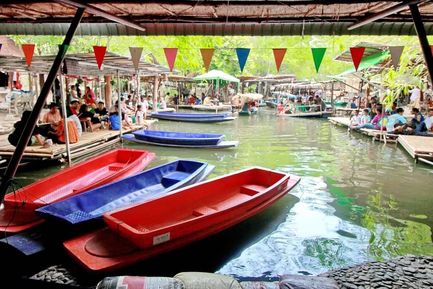 ตลาดน้ำกลางป่าบนน้ำตกกวางโจว