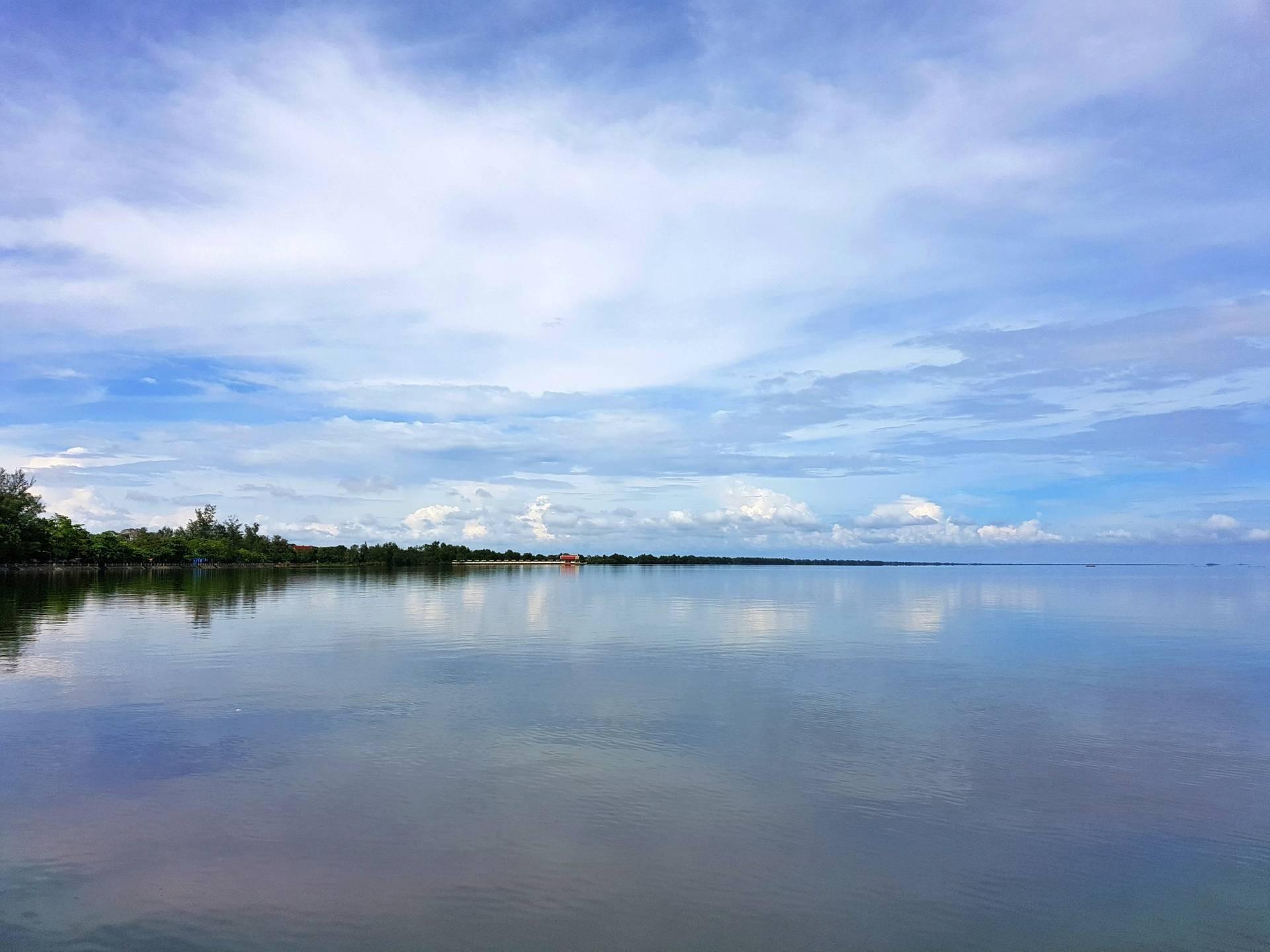 ทิวสนร่มรื่นอยู่เลียบริมทะเลสาบตลอดแนว