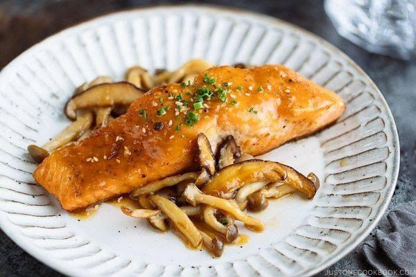 ปลาแซลมอนทอดเนยมิโซะ (Miso Butter Salmon)