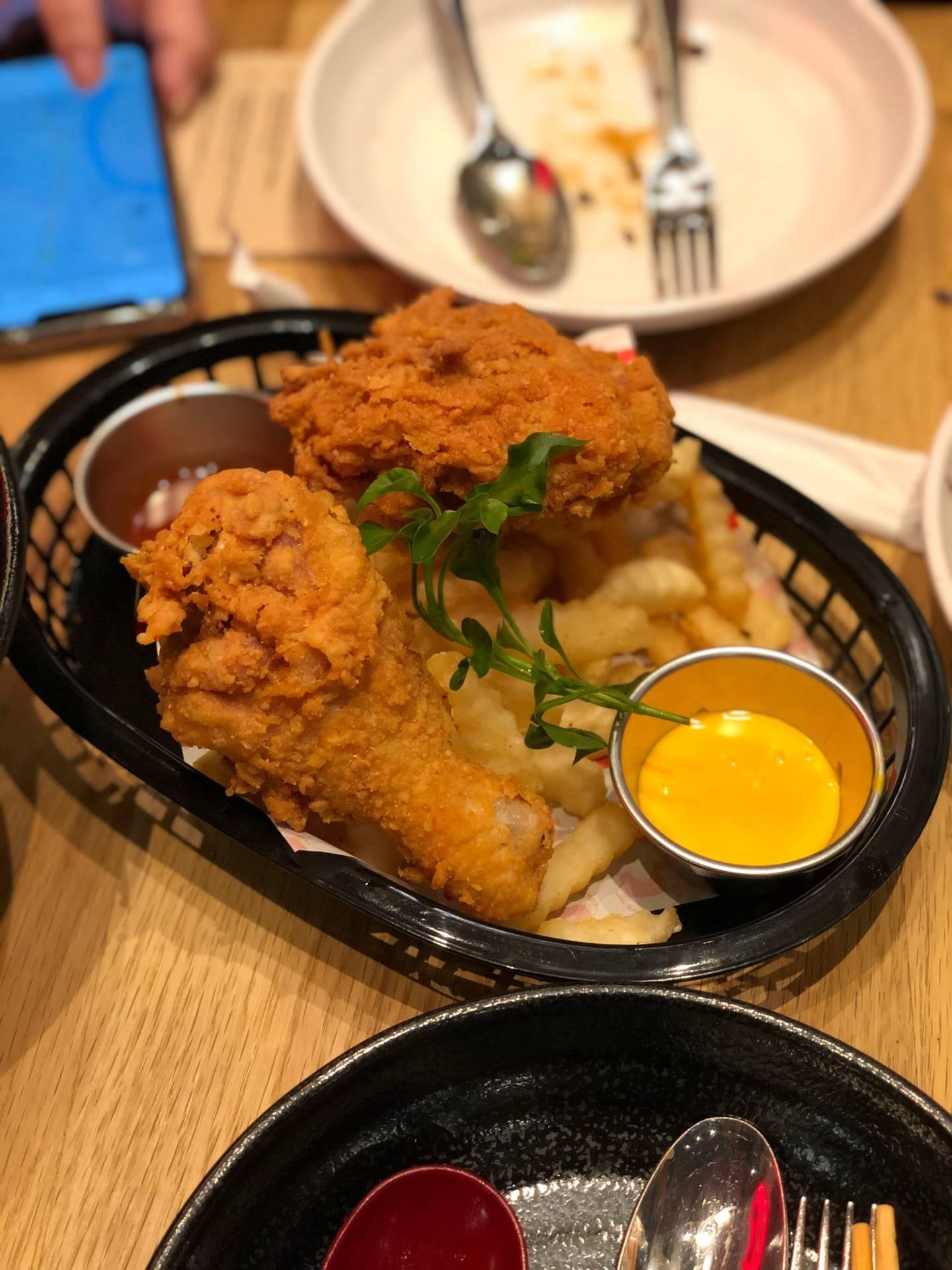 ซอสทรัฟเฟิลขีสคืออร่อยเหาะ ไก่ก็มาร้อนๆเลย ซอสบาร์บีคิวก็เผ็ดร้อนเกาหลีซารังเฮ