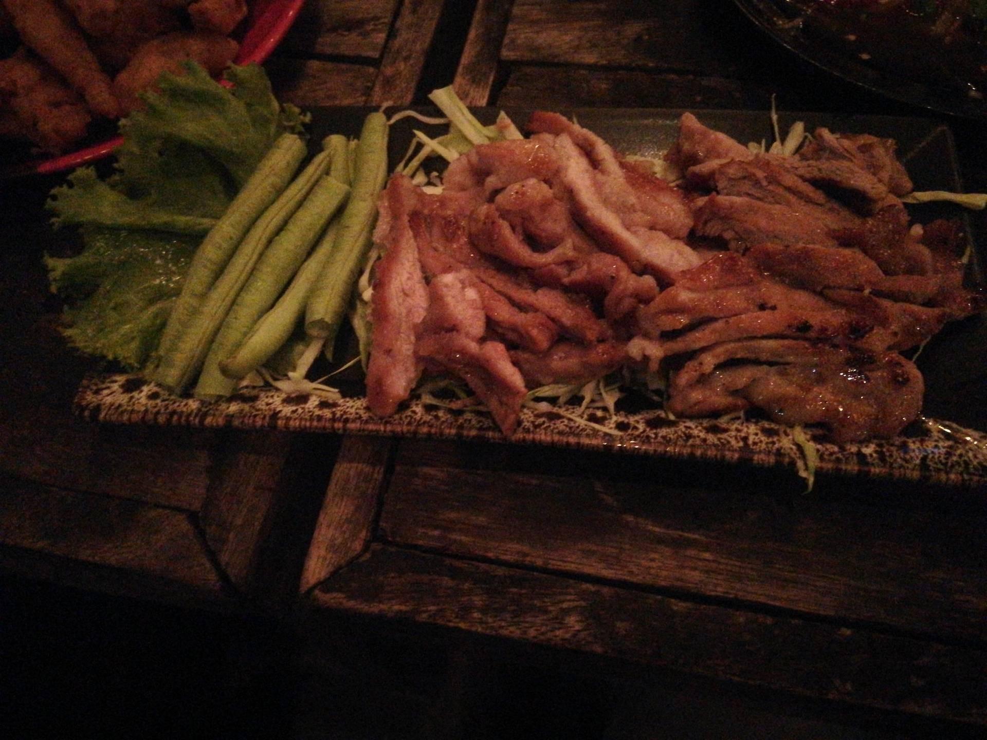 หมูย่างพร้อมผักชนิดต่างๆ