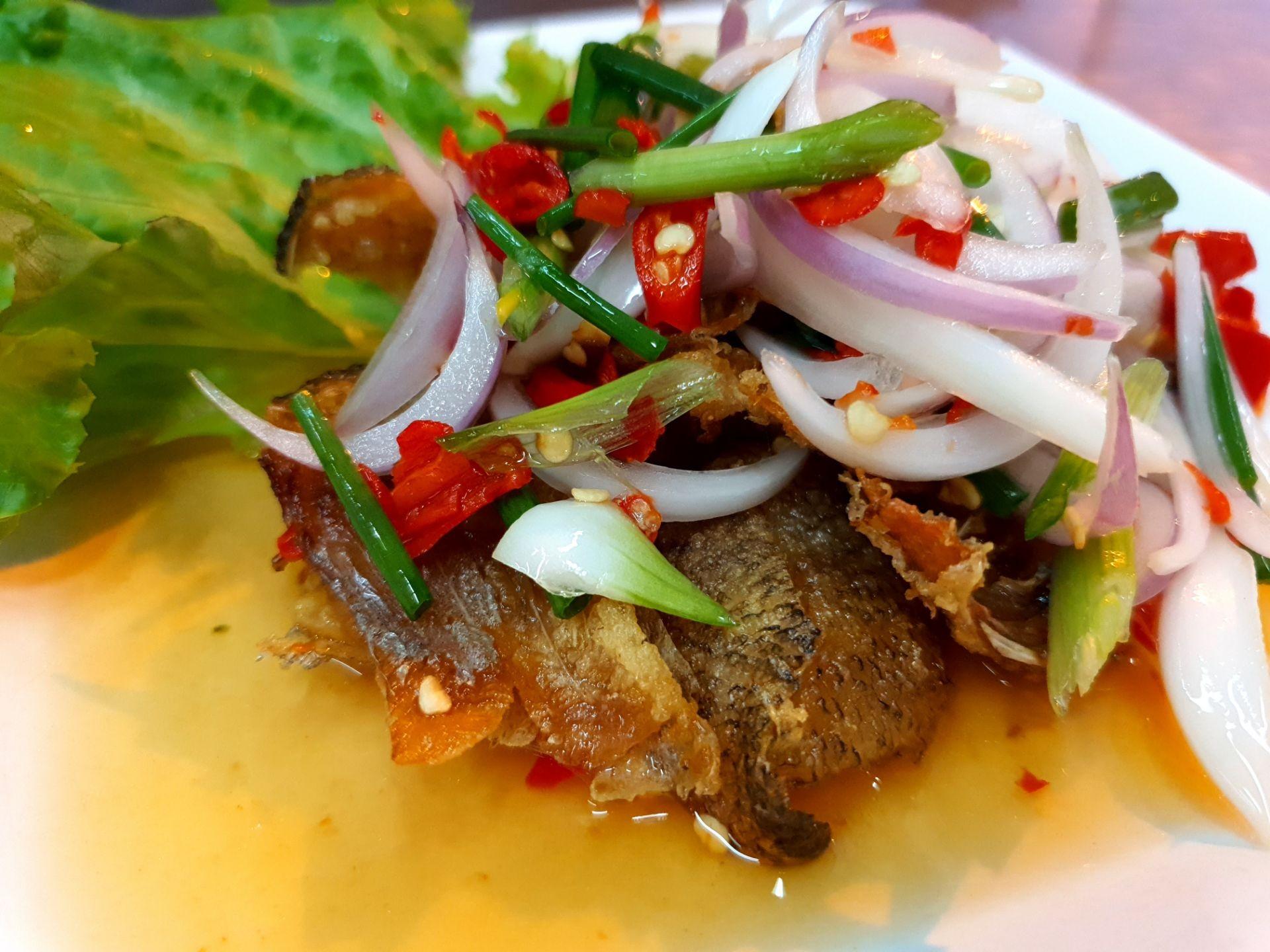 ใช้ปลาสลิดไม่เค็มมาก ทอดกรอบๆ ยำแบบคนจีน ซึ่งยังไม่แซ่บสะใจ