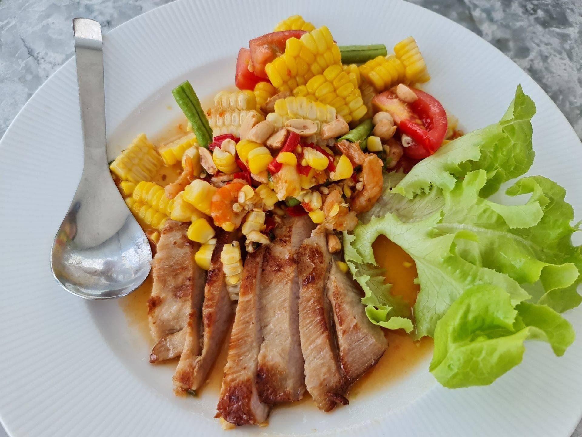 อร่อยลงตัว ทั้งผัก ข้าวโพด และเนื้อคอหมูย่าง