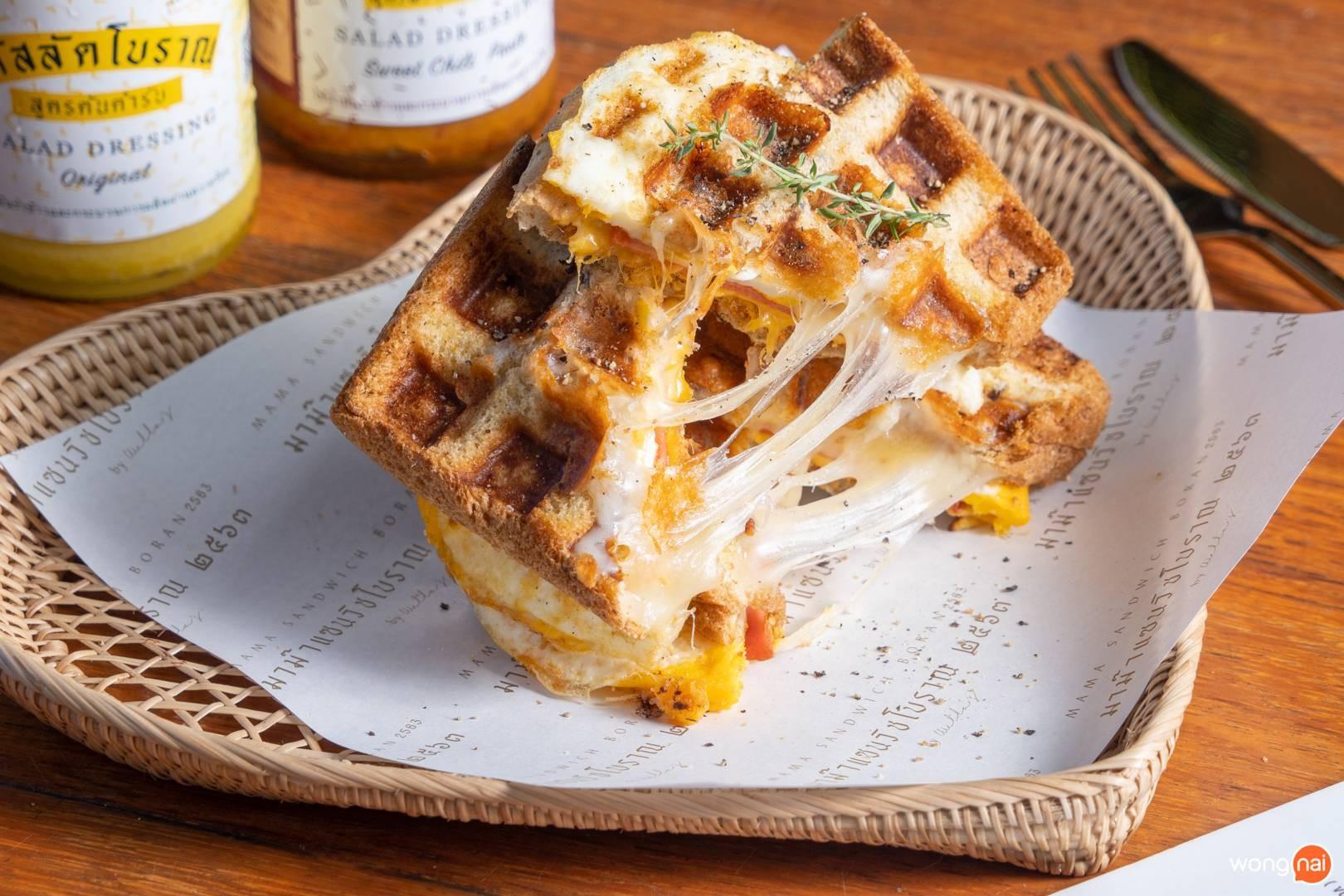 """Sandwich Boran Waffle"" (159.-) หรือจะเรียกวาฟเฟิลตู้มต้ามก็ได้"