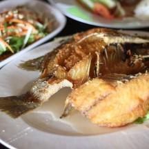ปลากะพงทอดราดน้ำปลา