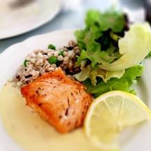salmon fillet steak หอมกรุ่นจากเตา ทานกับผักสลัดและข้าวบาเลต์