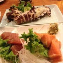 ปลาหมึกย่าง กับซาชิมิแซลมอนและมากุโร