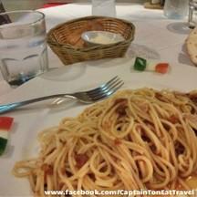 จานแรกสปาเก็ตตี้นาโปเลียน ทานกับชีสและขนมปังฝรั่งเศสครับ