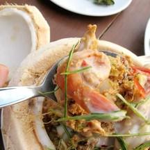 ผัดเผ็ดทะเลในลูกมะพร้าว อร่อยค่ะ หวานไปหน่อย เครื่องทะเลสดและชิ้นใหญ่มากๆ