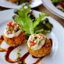 mini crab cake อันนี้โอเคค่ะ ไส้เนื้อปูเยอะ ถ้าสั่งอันนี้อย่าสั่งแซลมอน โครแก็ต