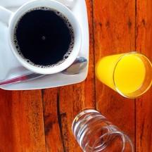 สีตัดกันสวยงาม กาแฟร้อนและน้ำส้มคั้น