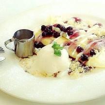 บลูเบอรี่ชีสเครป ครีมชีสหวานมันราดด้วยซอสบลูเบอรี่พร้อมไอศกรีม เข้ากันอย่างลงตัว