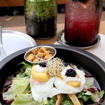 Egg Benedict Caesar Salad กับ Blueberry Sugus Soda