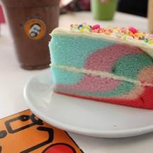 Rainbow Cake บัตเตอร์เค้กเนื้อแน่นสีสันสไตล์พาสเทลสวยงามน่าทานมากๆครับ