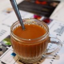 ชานมร้อนคะ เหมือนั่งร้านน้ำชาที่ใต้เลย