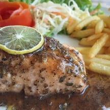 สเต็กเซลมอน เนื้อปลาเซลมอนนอร์เวย์ชิ้นหนา กิลล์แบบมิเดียมแล้วราดด้วยซอสสูตรลับ