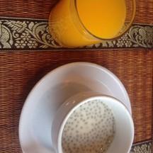 น้ำส้ม และน้ำเต้าหู้ใส่แมงลัก