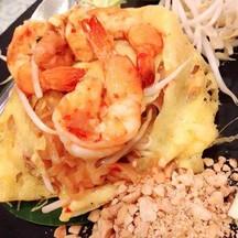 ผัดไทยห่อไข่กุ้งสด