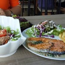 สลัดมูน่ากับสเต๊กปลาแซลมอล