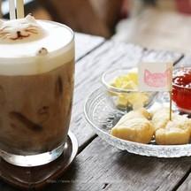 กาแฟร้านที่มีฟองนมเป็นรูปแมว กับ สโคนครับ