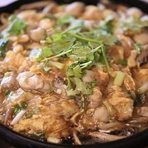 หอยนางรมอวบอ้วนฉ่ามาในกระทะร้อนหอมอร่อยเข้ากันกับไข่และแป้งส่วนผสมเด็ดของทีร้าน