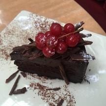 ด้านบนมีผลไม้รสเปรี้ยวมาก ตัดความหวานเข้มข้นช็อคโกแลตได้ดี