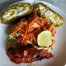 Dahi Ke Kebab (ผักบด 2 ชิ้นสีเขียว)  และ Peshawari Seekh Kebab (แกะ 1 ชิ้นสีแดง)
