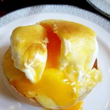 ไข่สุกกำลังดี ซอสฮอลลองแดซอร่อย มัฟฟินด้านล่างนุ่มๆ