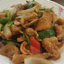 ไก่ผัดเม็ดมะม่วงหิมพานตร์ : จานใหญ่ให้เยอะ ดีใช้ได้จ๊ะ
