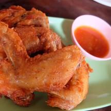 เมนูที่สอง ปีกไก่ทอด จานนี้แนะนำเลยว่าขาดไม่ได้ กรอบอร่อย หมักได้รสชาติดีมาก